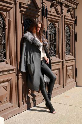 Pilkos sp. vilnos ir kašmyro paltas su ilga lapės kailio apykakle