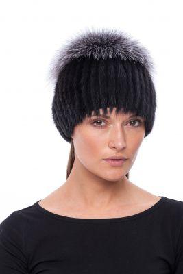 Megzta audinės kailio kepurė plačiu bumbulu, juoda/juodsidabrė