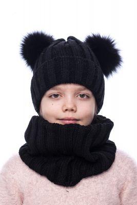 Megzta vilnonė kepurė su dviem lapės kailio bumbulais (juoda)
