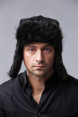 Bebro kailio ausinė kepurė, juoda
