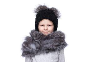 Vaikiška vilnonė kepurė su bumbulais juoda