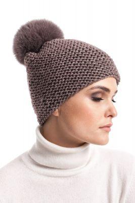 Megzta vilnonė kepurė su bumbulu šviesiai ruda