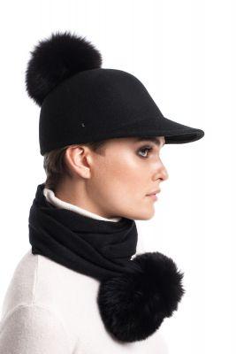 Vilnonė kepurė su snapeliu ir bumbulu juoda