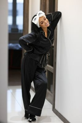 Rinkinys šilko pižamos kostiumėlio, akių raiščio ir šlepečių (juodas)